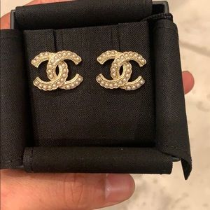 BRAND NEW 2020 Classic Chanel CC Pearl Earrings ❤️
